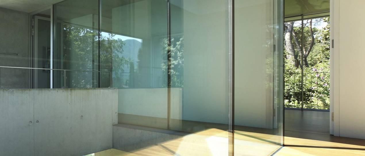 Szklane ściany działowe w mieszkaniu