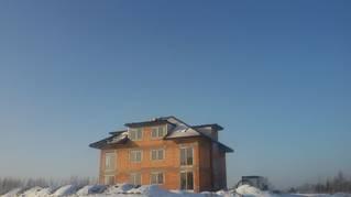 Budynek wielorodzinny z widokiem na jezioro