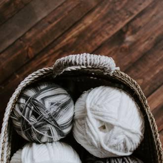 Meble robione na drutach, czyli szydełko i wełna w wykończeniach wnętrz