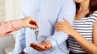 Sprzedać mieszkanie z pośrednikiem, czy bez?