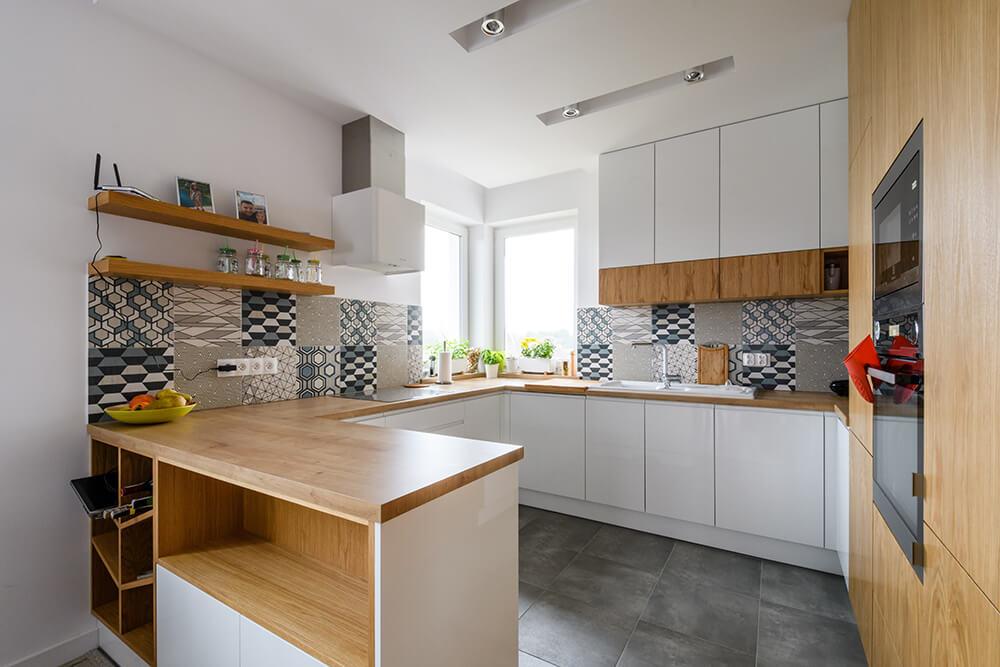Kuchnia po kolejnym etapie wykonczenia mieszkania