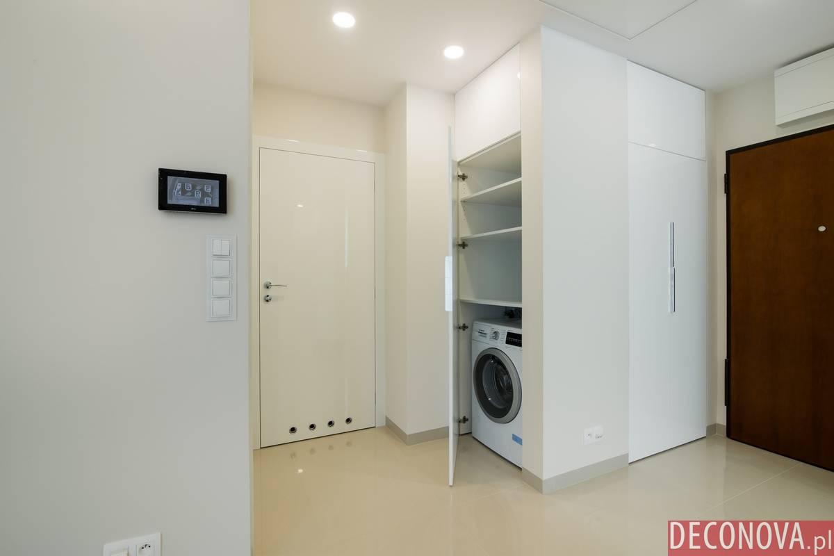Pralka w szafie na korytarzu po wykonczeniu mieszkania.