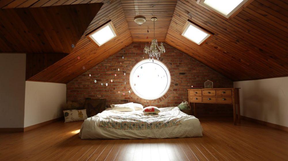 sypialnia z łóżkiem na poddaszu - aranżacja
