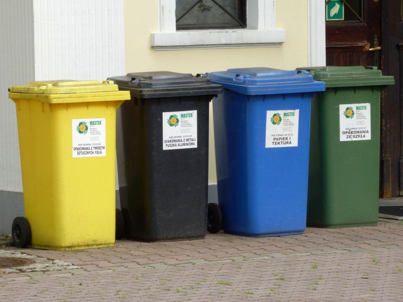 pojemniki na śmieci kolory