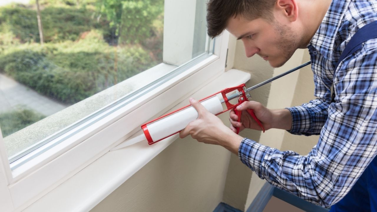 uszczelnianie okna silikonem