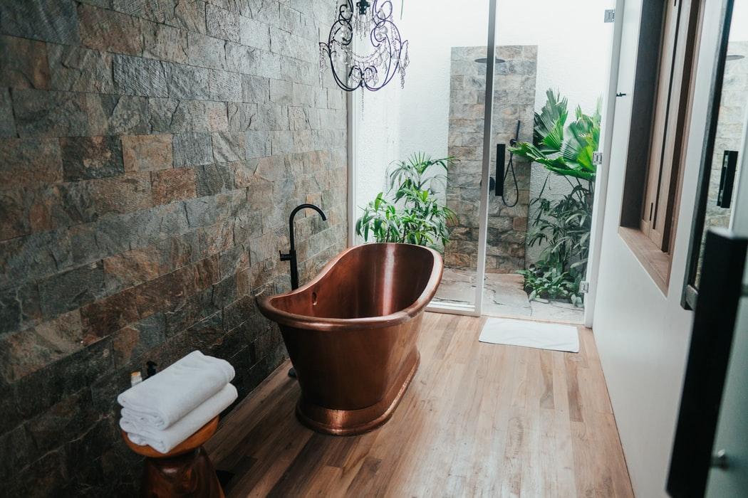 łazienka z wanną i prysznicem walk-in