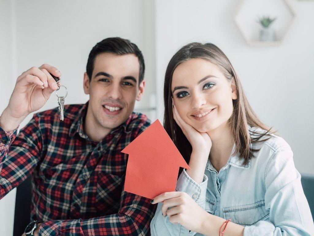 młodzi ludzie kupujący mieszkania