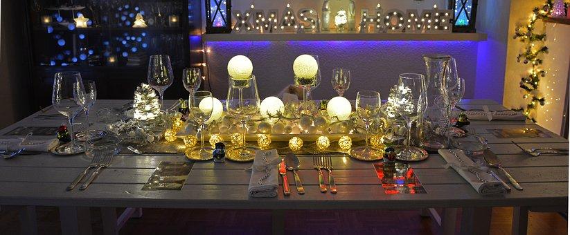 Stół wigilijny w XXI wieku - jakie dekoracje dobrać?
