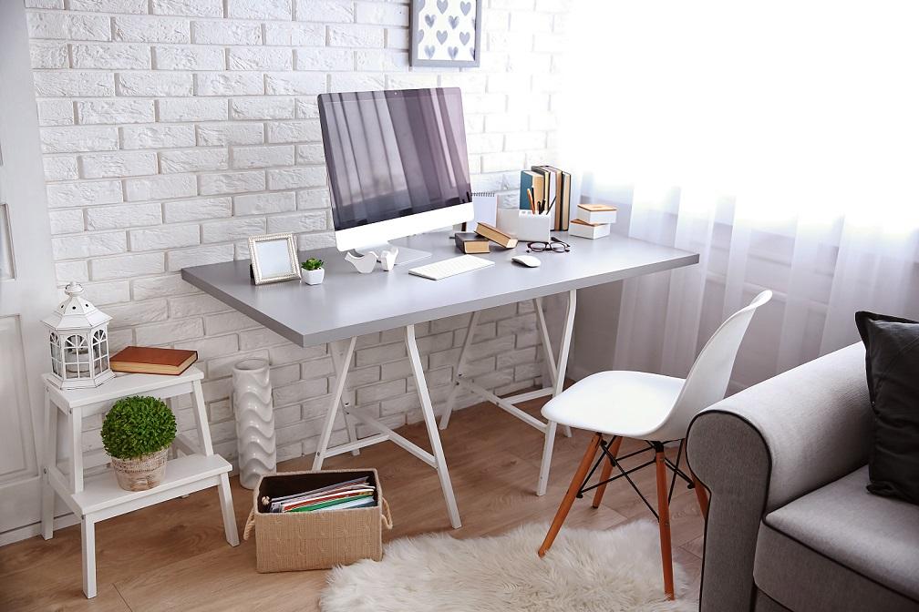 biurko w domowym gabinecie