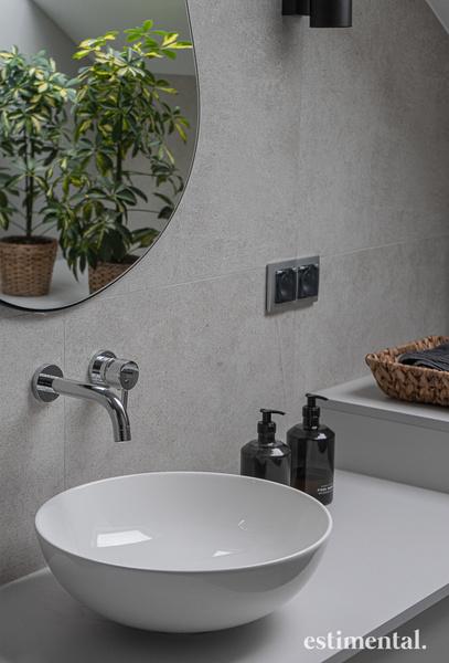 Mała łazienka - lustro nad umywalką