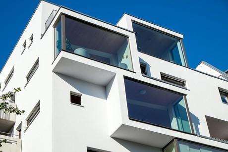 Balkon zewnętrzny w formie zamkniętej loggi