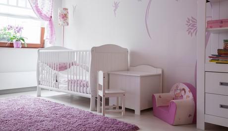 aranżacja pokoju dla dziecka w jasnych kolorach